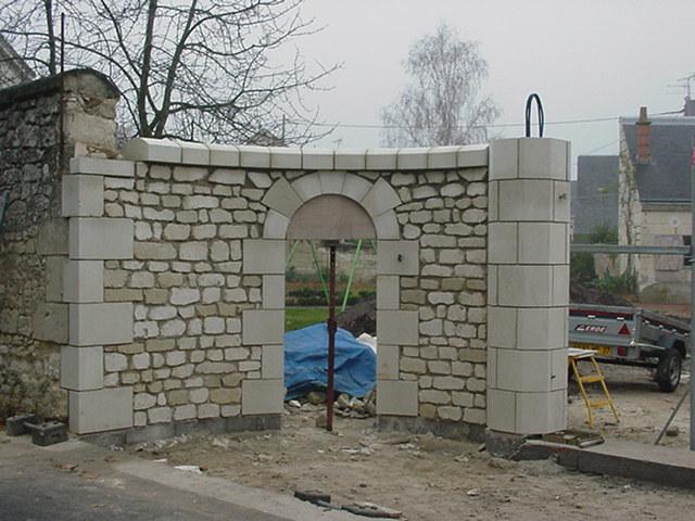 Restauration entr e de propri t en pierre saint for Portail entree propriete