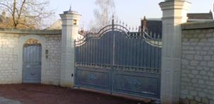 Taille de pierre agrandissement maison ravalement de for Portail entree propriete